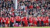 Seusai pertandingan, para pemain Liverpool mengenakan kaus bernomor punggung 8 sebagai tribut untuk Gerrard. (Reuters/Carl Recine)