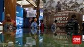Pengunjung melihat stan-stan pada pameran Indonesian Petroleum Association di Balai Sidang Jakarta, Rabu, 20 Mei 2015.