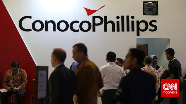 Pengunjung menyambangi stan ConocoPhillips pada pameran Indonesian Petroleum Association di Balai Sidang Jakarta, Rabu, 20 Mei 2015.