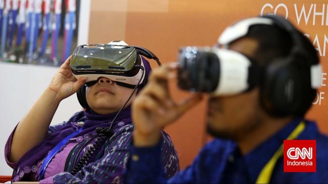 Pengunjung mencoba simulasi ekplorasi minyak dalam laut menggunakan alat peraga pada pameran Indonesian Petroleum Association di Balai Sidang Jakarta, Rabu, 20 Mei 2015.