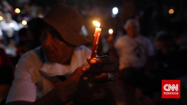 Para gabungan relawan Jokowi menyalakan lilin untuk memperingati 17 tahun reformasi di Lapangan Tugu Proklamasi, Kamis, 21 Mei 2015 di Jakarta. (CNNIndonesia/Adhi Wicaksono)