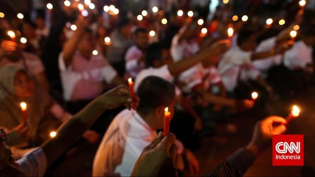 Gabungan para relawan Jokowi juga menyalakan lilin dalam peringatan 17 tahun reformasi di Lapangan Tugu Proklamasi, Kamis, 21 Mei 2015. Ini simbol harapan bahwa semangat reformasi selalu menerangi. (CNNIndonesia.Adhi Wicaksono)