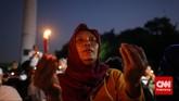 Aksi memperingati 17 tahun reformasi yang digelar oleh gabungan relawan Jokowi di Lapangan Tugu Proklamasi, Kamis 21 Mei 2015 ditutup dengan doa bersama. (CNNIndonesia/Adhi Wicaksono)