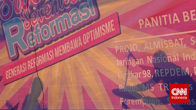 Pertunjukan musik juga ditampilkan gabungan relawan pendukung Joko Widodo ketika berkumpul di Lapangan Tugu Proklamasi, Jakarta, Kamis, 21 Mei 2015 untuk memperingati 17 tahun reformasi. (CNNIndonesia/Adhi Wicaksono)
