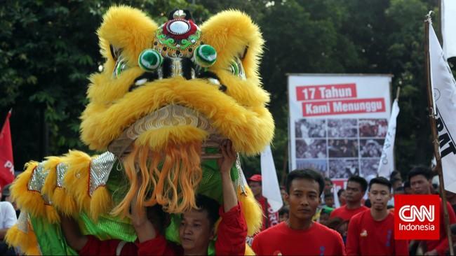 Pertunjukan barongsai ditampilkan oleh gabungan relawan pendukung Presiden Joko Widodo ketika berkumpul di Lapangan Tugu Proklamasi, Jakarta, Kamis, 21 Mei 2015 memperingati 17 tahun reformasi. (CNN Indonesia/Adhi Wicaksono)