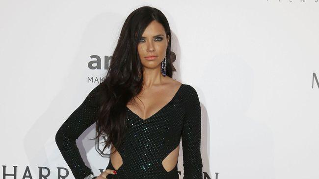Adriana Lima Menangis di Panggung Terakhir Sebagai 'Angel'