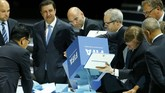Petugas mengosongkan kotak pemilihan presiden FIFA dalam ajang kongres FIFA di Zurich, 29 Mei 2015. Sepp Blatter terpilih untuk periode kelima. Namun, terkait skandal yang melibatkan pejabat teras, Blatter memilih untuk menyerahkan mandatnya kembali dalam tempo sepekan setelah terpilih. (REUTERS/Ruben Sprich)