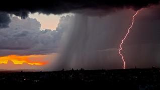 Sebagian Jakarta Potensi Hujan Petir Siang Hingga Sore