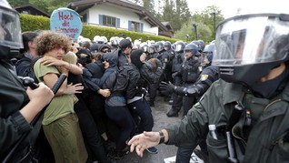 Demonstran Penentang G7 Bentrok Dengan Polisi