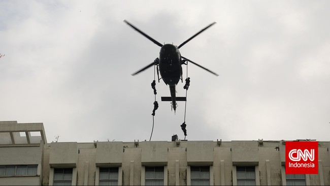 Pasukan gabungan TNI menuruni bangunan bagian luar Hotel Borobudur dalam rangka latihan penangulangan teror (Latgultor), Jakarta, Selasa, 9 Juni 2015. Latihan ini digelar untuk mengantisipasi dan merespon kemungkinan terjadinya kontinjensi aksi teror yang mengancam kepentingan bangsa. (CNN Indonesia/Adhi Wicaksono)