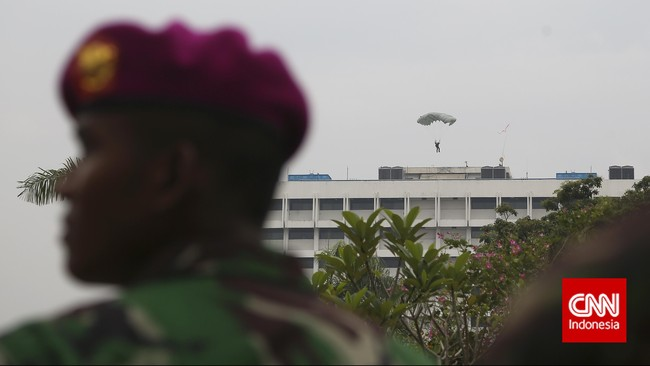 Penerjun payung mendarat di Gedung Dirjen Kekayaan Negara Kemenkeu dalam rangka latihan penangulangan teror (Latgultor), Jakarta, Selasa, 9 Juni 2015. Latihan ini dilaksanakan dengan tujuan untuk meningkatkan kemampuan dan ketrampilan Sat-81 Gultor Kopassus TNI AD, Denjaka TNI AL dan Satbravo 90 Korphaskas TNI AU. (CNN Indonesia/Adhi Wicaksono)