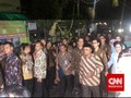Jalan Kaki dan Tanpa Seserahan, Jokowi Sambangi Calon Mantu