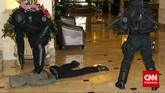 Pasukan gabungan TNI melumpuhkan teroris di Hotel Borobudur dalam rangka latihan penangulangan teror (Latgultor), Jakarta, Selasa, 9 Juni 2015. Pasukan mendapatkan materi berupa teknik dan taktik infiltrasi darat, laut dan udara; teknik menembak reaksi, teknik dan taktik pertempuran jarak dekat. (CNN Indonesia/Adhi Wicaksono)