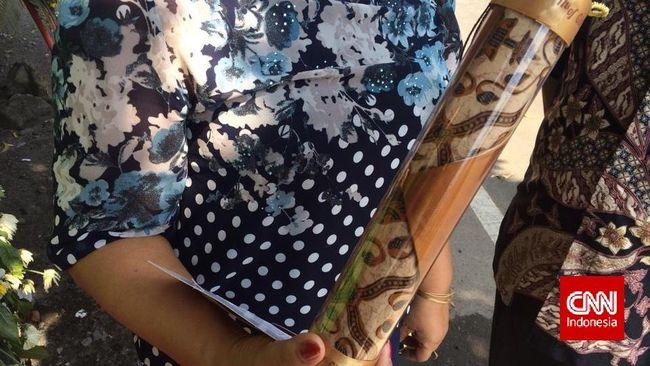 Gibran-Selvi Beri Suvenir Taplak Meja Batik