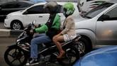 Pengemudi Gojek mengantar penumpang menuju Kawasan Niaga Terpadu Sudirman, Jakarta Pusat, 9 Juni 2015. Gojek dinilai sebagai salah satu solusi menembus kemacetan kota Jakarta yang dihuni oleh 10 juta penduduk. (Reuters/Beawiharta)