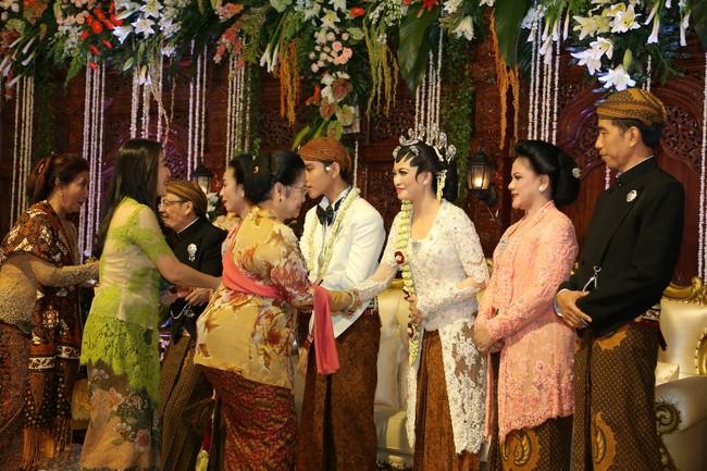 Ketua umum PDI-P, Megawati Soekarno Putri hadir dan memberikan ucapan selamat kepada kedua mempelai dan keluarga yang tengah berbahagia. Selain Megawati hadir pula Surya Paloh, dan Menteri Susi Pudjiastuti. (Pool/Joe).