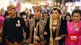 Kebaya dan beskap yang dikenakan Gibran dan Selvi saat resepsi di malam hari dirancang oleh desainer lokal bernama Hanif Aisyah Nanjaya. (CNN Indonesia/Yusuf Arifin)