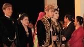 Sedangkan Gibran tampak gagah mengenakan beskap berwarna senada dengan Selvi. Sebagai bawahan, kedua mempelai mengenaikan kain batik Sido Mukti yang bermakna mencapai kemakmuran. (ANTARA FOTO/Maulana Surya)