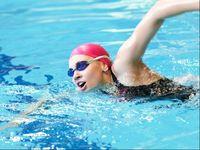 Dengan rutin berenang, selain menyehatkan jantung juga bisa menurunkan kolesterol dan gula darah. (Foto: thinkstock)