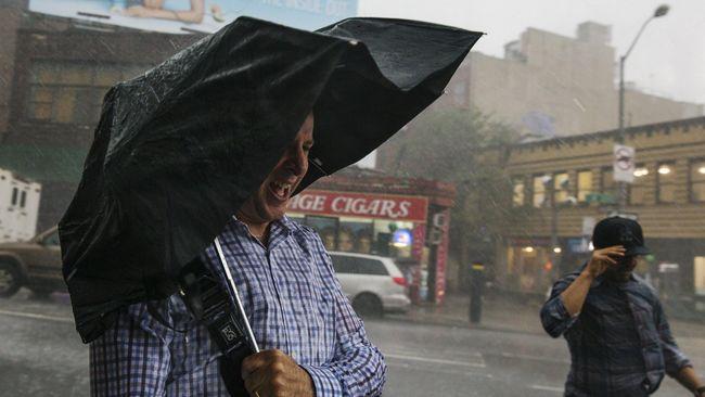 Memecahkan Mitos di Balik 'Hujan-hujanan Bikin Sakit'