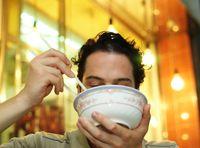 Hindari makan makanan di meja kerja. Lebih baik Anda membuat janji makan siang dengan teman. Selain membuat Anda jalan kaki, makan siang dengan teman juga bisa memenuhi kebutuhan sosial interaksi Anda. (Foto: ilustrasi/thinkstock)