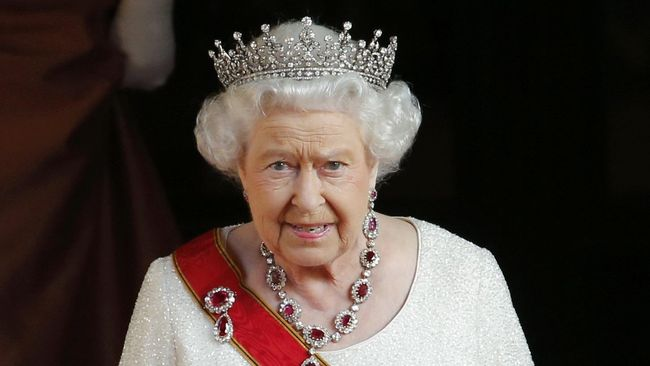 Ratu Elizabeth Pakai Tiara 'Penangkal Jahat' Saat Temui Trump