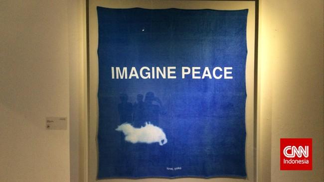 Karya Yoko Ono dalam pameran ArtJog 2015. Yoko bergabung dengan gerakan kesenian bernama Fluxus yang diprakarsai oleh George Maciunas pada akhir tahun 50-an di New York. Fluxus menolak seni yang elit dan ingin seni bisa dinimkatimasyarakat luas. (CNN Indonesia/Ardita Mustafa)