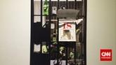 Karya Angki Pu yang bertajuk Legalizel Illegal dalam pameran ArtJog 2015. Selain denganPrison Art Program, Angki juga memamerkan karya berupa kompilasi foto sang kekasihyang diterimanya melalui smartphone saat masih di penjara.(CNN Indonesia/Ardita Mustafa)