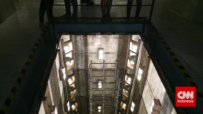 Karya Mark Justiniani yang berjudul Mimefield dalam pameran ArtJog 2015. Melongok ke lantai Taman Budaya yang digali dalam, kengerian langsung terasa. Namun di balik kekaguman pengunjung, ternyata Mark melakukan sebuah ilusi untuk karya seninya. (CNN Indonesia/Ardita Mustafa)