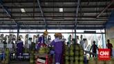 Pekerja menyelesaikan pengisian tabung gas tiga kilogram di Depot LPG Pertamina, Tanjung Priok, Jakarta, Selasa, 14 Juli 2015.
