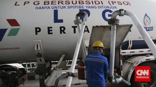 Proses pengisian mobil tanki di Depot LPG Pertamina, Tanjung Priok, Jakarta, Selasa, 14 Juli 2015.