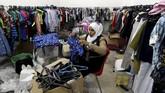 Di Yordania, satu kelompok amal menyediakan baju bekas untuk fakir miskin pada saat lebaran. Sepanjang tahun, proyek amal ini menyediakan 185 ribu potong pakaian bekas.(Reuters/Muhammad Hamed)