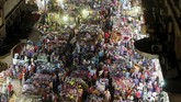 Masyarakat berbelanja di pasar Al Ataba di pusat kota Kairo, Mesir, untuk persiapan perayaan lebaran 2015 di tengah peningkatan kekerasan oleh kelompok militan. (Reuters/Mohamed Abd El Ghany)