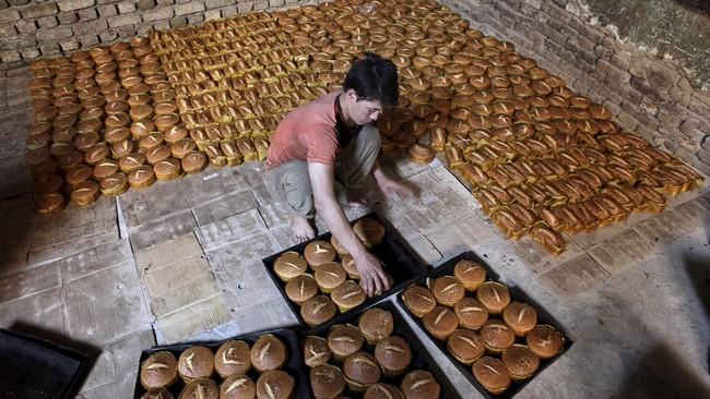 Produksi kue-kue dan roti di kota Mazar-i-Sharif, Afghanistan ditambah sebagai antisipasi permintaan yang tinggi dari masyarakat yang akan merayakan hari lebaran. (Reuters/Anil Usyan)