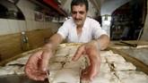 Kue pai goreng juga menjadi makanan khas hari raya Lebaran di Lebanon.(Reuters/Ali Hashisho)