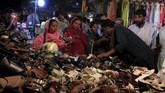 Selain baju baru warga Rawalpindi, Pakistan, juga berbelanja sepatu baru yang akan digunakan pada saat hari Lebaran 2015. (Reuters/Faisal Mahmood)