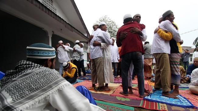 Sebanyak 96 warga muslim imigran Rohingya asal Myanmar dan Bangladesh yang berada di penampungan di kota Medan ikut menyambut Hari Raya Idulfitri 1436 H dengan cara sederhana dan menyisakan harapan agar konflik dinegaranya segera berakhir. (ANTARA FOTO/Septianda Perdana)