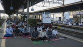 Warga melaksanakan Salat Idul Fitri 1436 H di peron, di Stasiun Cakung, Jakarta Timur, Jumat (17/7). (ANTARA FOTO/Paramayuda)