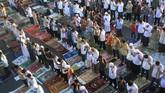 Ribuan umat muslim melaksanakan Salat Ied, di ruas jalan simpang Senen, Jakarta, Jumat (17/7). (ANTARA FOTO/Fanny Kusumawardhani)