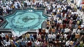 Umat Islam menunaikan salat Idul Fitri 1436 Hijriah berjamaah, di Masjid Nasional Al-Akbar, Surabaya, Jawa Timur, Jumat (17/7). (ANTARA FOTO/M Risyal Hidayat)