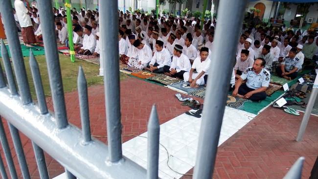 Narapidana dan tahanan melaksanakan Salat Idul Fitri 1436 H, di Lembaga Pemasyarakatan (Lapas) Kelas II B Jombang, Jawa Timur, Jumat (17/7). Sekitar 229 narapidana dan 117 tahanan di Lapas tersebut melaksanakan salat Id dan 119 orang napi mendapatkan remisi atau pengurangan masa tahanan. (ANTARA FOTO/Syaiful Arif)