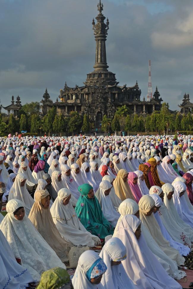 Sejumlah Umat Islam melaksanakan Salat Id di Lapangan Puputan Margarana, Denpasar, Jumat (17/7). Sedikitnya 20 lokasi di Denpasar dijadikan pusat Salat Idul Fitri 1436H yaitu di lapangan terbuka dan sejumlah Masjid. (ANTARA FOTO/Nyoman Budhiana)