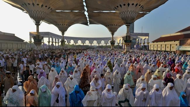 Umat muslim melaksanakan salat Idul Fitri di Masjid Agung Jawa Tengah, di Semarang, Jumat (17/7). (ANTARA FOTO/R Rekotomo)