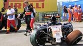 Pebalap tim Force India Nico Hulkenberg harus mundur dan tak bisa meneruskan lomba setelah mobilnya menghantam dinding pembatas dalam GP Hungaria. (REUTERS/Bernadett Szabo)
