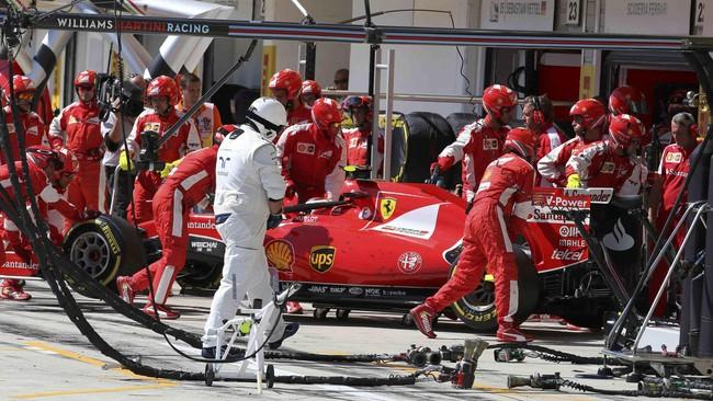 Pebalap Ferrari, Kimi Raikkonen, tidak beruntung. Setelah mengalami kerusakan mesin dan harus kembali ke pit, Raikkonen diputuskan tak bisa melanjutkan lomba. Mobilnya pun didorong masuk ke paddock.(REUTERS/Ronald Zak)
