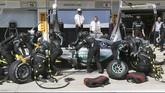 Nico Rosberg beruntung masih bisa meneruskan lomba setelah ban mobilnya diganti teknisi Mercedes di pit. Ia akhirnya finish di urutan ke-8. (REUTERS/Ronald Zak)