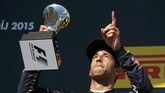 Daniel Ricciardo bersyukur bisa finish di urutan ketiga setelah bersenggolandengan pebalap lain, termasuk Rosberg. (REUTERS/Laszlo Balogh)