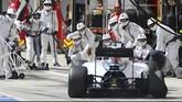 Pebalap Williams Valtteri Bottas pun mengalami rusak ban belakang sehingga harus kembali ke pit. Bottas tetap bisa melanjutkan lomba dan finish di urutan ke-14. (REUTERS/Ronald Zak)