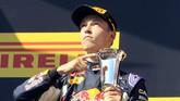 Di tempat kedua adalah pebalap Red Bull asal Rusia Daniil Kvyat. Ini adalahpodium pertama untuk Kvyat. (REUTERS/Bernadett Szabo)