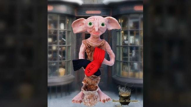 Sosok Dobby di depan kantor pos Hogsmeade jadi inspirasi lucu bagi Shantal Der Boghosian. (Dok. Akun Facebook Birthday Mischief Managed).
